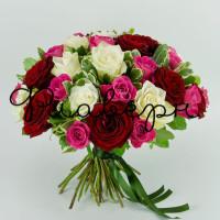 Букет роз с листьями питоспорума